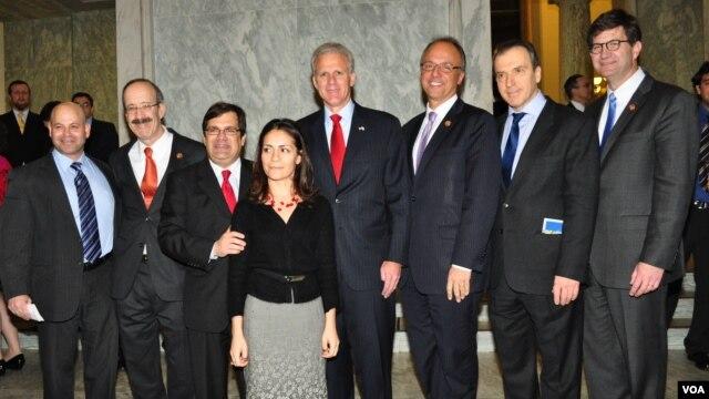 Φώτο (από αριστερά) : Λι Κοχέν - Εκτελεστικός Διευθυντής της Επιτροπής, Βουλευτής Έλιοτ Ένγκελ (D-ΝΥ), Βουλευτής Κώστας Μπιλιράκης (R-FL), Ολυμπία Νεοκλέους, Επιτετραμμένη Κυπριακής Πρεσβείας, Μάικλ Όρεν - Πρέσβης του Ισραήλ στις ΗΠΑ, Βουλευτής Τεντ Ντόιτς (R-FL), Χρίστος Παναγόπουλος - Πρέσβης της Ελλάδας στις ΗΠΑ, Βουλευτής Μπράντ Σνάιντερ (D-IL)