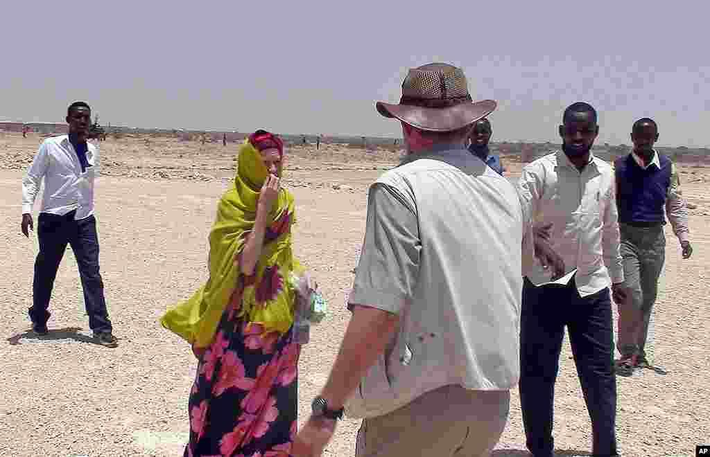 Judith Tebbutt, oo ku sugan Cadaado kaddib markii la sii daayay, March 21, 2012. (AP Photo)