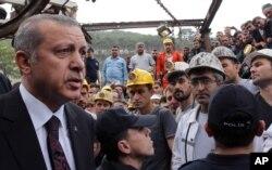 Nhân viên an ninh đứng vây quanh bảo vệ Thủ tướng Erdogan khi ông đến thăm mỏ than Soma (Ảnh do Văn phòng Báo chí Thủ tướng cung cấp.)