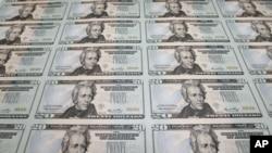 美国在2006年发行的20美元新钞,上面有时任财政部长的保尔森等两名财政官员的签名。保尔森2006年由高盛集团首席执行官担任财政部长时,个人收入大大减少。