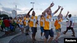 Pelren ki tap danse e chante sou Plaj Copacabana, nan Rio de Janeiro, anvan Pap François vizite vil la.