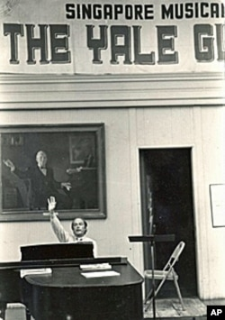 Fenno Heath, who conducted the Glee Club from 1953 until 1992, in front of a portrait of his predecessor, Marshall Bartholomew.