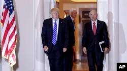 Tổng thống đắc cử Donald Trump (trái) và doanh nhân Andy Puzder bước ra khỏi Câu lạc bộ Golf Quốc gia Trump Bedminster ở New Jersey, 19/11/2016.