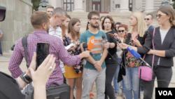 """Predstavnici inicijative """"1 od 5 miliona"""" na konferenciji za štampu u Beogradu, 3. septembra 2019. (Foto: Rade Ranković, VOA)"""