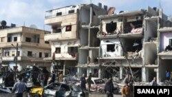 Người dân tụ tập tại nơi mà hai vụ nổ xảy ra trong khu dân cư Zahraa do lực lượng thân chính phủ kiểm soát, ở tỉnh Homs, Syria, ngày 21 tháng 2, 2016.