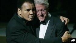 L'ancien boxeur Mohamed Ali tient l'ancien président Bill Clinton dans ces bras lors d'un dîner à Louisville le 19 novembre 2005.