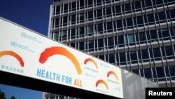位於日內瓦的世界衛生組織總部大樓前在世界衛生大會期間樹立的廣告牌。 (2020年5月18日)