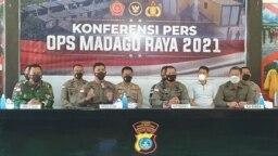 Penanggung jawab Komando Operasi Satgas Madago Raya, Irjen Pol Rudi Sufahriadi memberikan keterangan Pers di Polres Parimo, Sulawesi Tengah. Minggu, (19/9/2021) (VOA/Yoanes Litha).