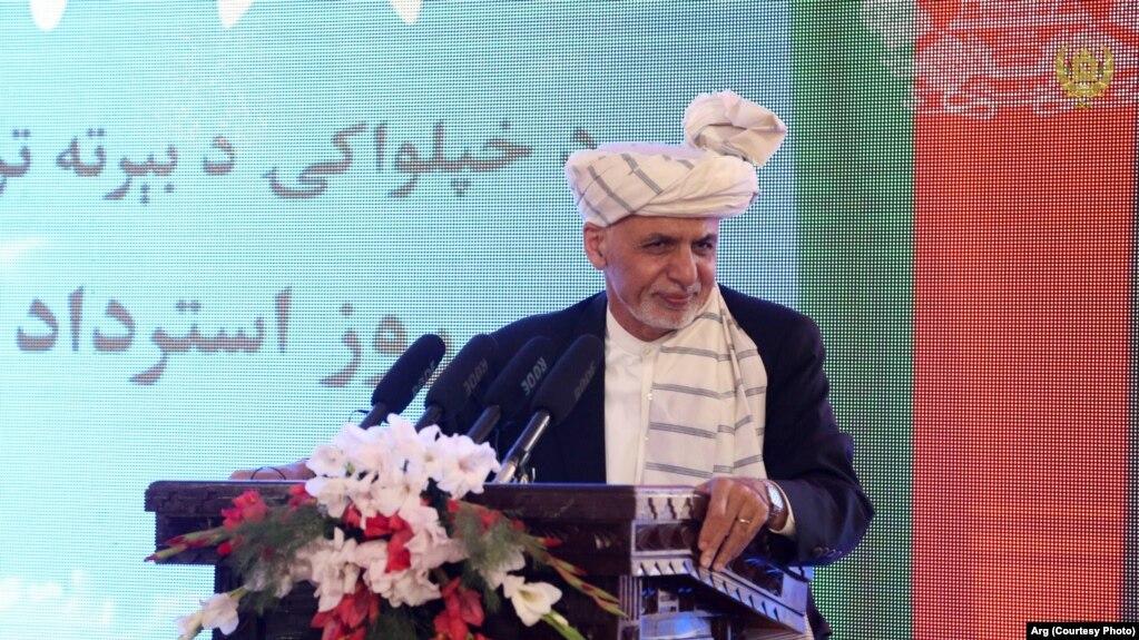 محمد اشرف غنی، رئیس جمهور افغانستان، حین سخنرانی در قصر دارالامان در ۹۹ مین سالروز استرداد استقلال افغانستان