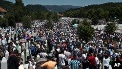 Тысячи людей собрались в субботу в мемориальном комплексе Потокари (Босния и Герцеговина), чтобы отметить 20 годовщину трагических событий в Сребренице. 11 июля 2015 г.