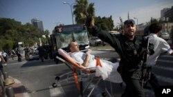 دھماکے کے زخمی کو اسپتال منتقل کیا جا رہا ہے