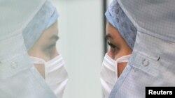 Фармацевтка готує препарати у стерильній кімнаті лікарні Centre Hospitalier Regional de la Citadelle Hospital у Бельгії, 16 червня 2020 (REUTERS/Yves Herman)