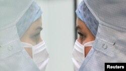 Seorang petugas kesehatan menyiapkan obat di ruangan steril di salah satu rumah sakit di Belgia, pada 16 Juni 2020. (Foto: Reuters/Yves Herman)