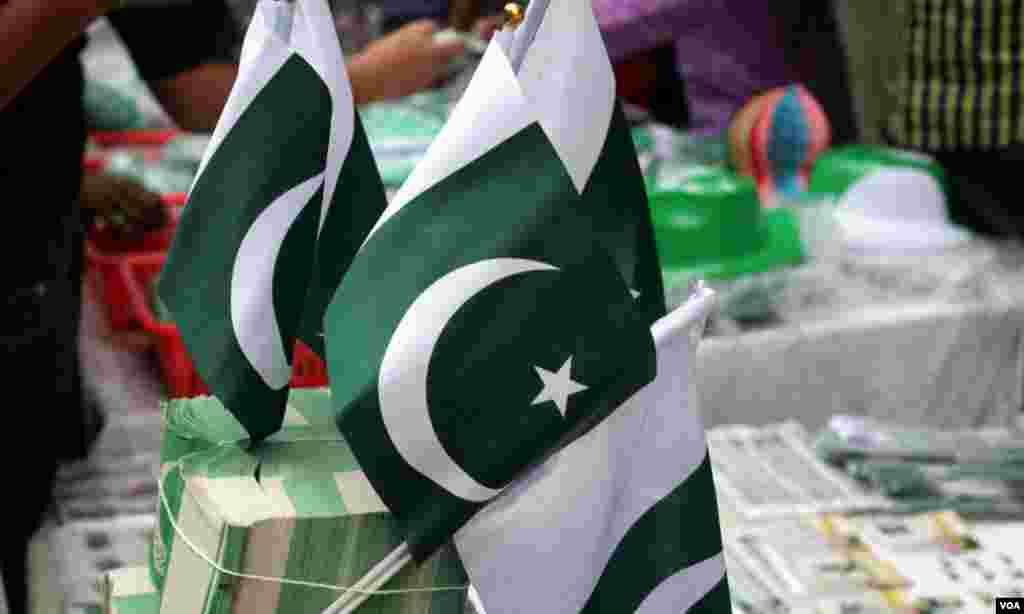 اسٹالز پر فروخت کے لئے رکھے گئے قومی پرچم