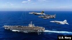 Pesawat-pesawat tempur AS terbang di atas kapal induk USS Carl Vinson (foto: ilustrasi).
