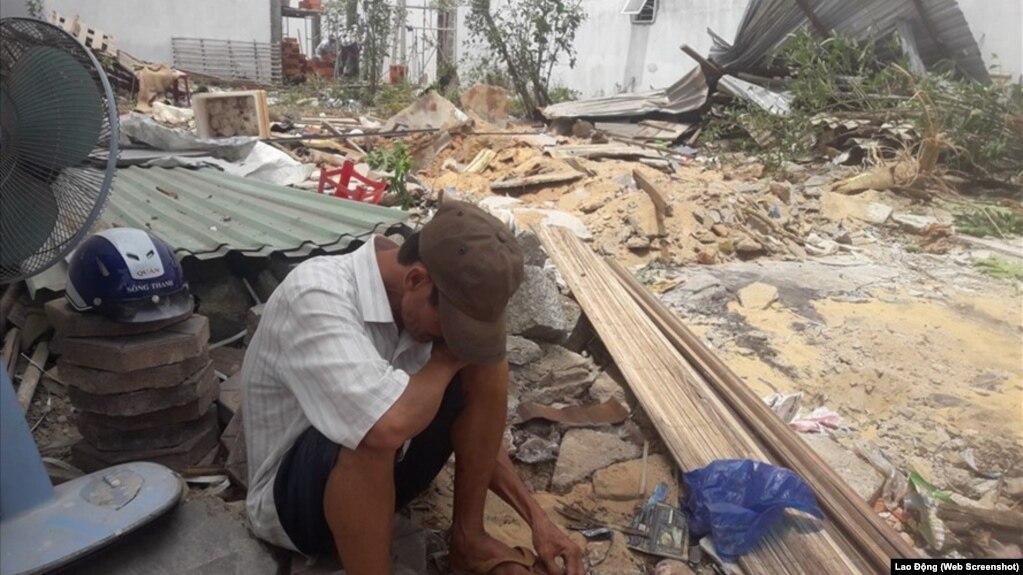 Chồng bà Đỗ Thị Lặng ngồi phía trước căn nhà bị cưỡng chế tháo dỡ vào ngày 18/4/2018.