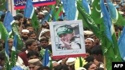 Hàng ngàn người giận dữ hôm nay đã ngăn chận đường xá ở vùng Kashmir thuộc Ấn