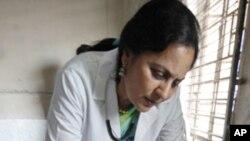 វេជ្ជបណ្ឌិត្យពិនិត្យសុខភាពអ្នកជំងឺរលាកថ្លើម (hepatitis) ម្នាក់នៅបន្ទប់នៅដាច់ពីគេពិសេសមួយ ឯមន្ទីរពេទ្យមួយកន្លែងក្នុងក្រុង Ahmadabad ប្រទេសឥណ្ឌា។