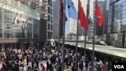 數以百計的抗議者在中環交易廣場外聚集,呼籲大眾在星期日在區議會選舉中投票,表達對政府施政的不滿。