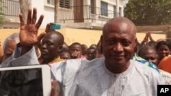 Jean-Pierre Fabre, leader de l'opposition togolaise, sale la foule à Lomé, Togo, 25 avril 2015.
