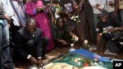 Orang-orang menghadiri pemakaman David Kato di Uganda, 28/1/ 2011, yang dibunuh karena aktivitasnya memperjuangakan hak-hak kaum homoseksual di Uganda.