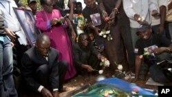 Para pelayat berduka dalam pemakaman David Kato, aktivis gay Uganda di Mukono, Uganda (28/1/2011). Kato dibunuh karena kegiatan pembelaannya terhadap hak kaum homoseksual di negaranya. Uganda meloloskan RUU anti-homoseksual pada 20/12/2013.