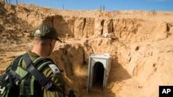 Un soldat israélien observe l'ouverture d'un tunnel qui, selon Israël, a été creusé par le groupe islamiste Jihad, menant de Gaza à Israël, le 1er janvier 2018.