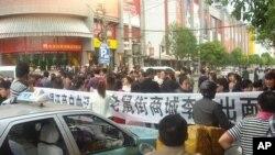 中国湖北省武汉市商家抗议经商环境恶化