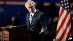 El actor Clint Eastwood habla a una silla vacía que simboliza al presidente Obama, durante la Convención Nacional Republicana.