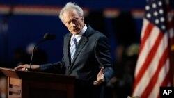 Clinton Eastwood s'adressant à une chaise vide lors de la convention républicaine de 2012