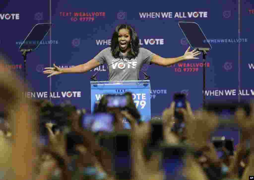 سخنرانی میشل اوباما، بانوی اول سابق آمریکا در جمع رای دهندگان ایالت فلوریدا در جریان کمپین انتخابات میان دوره ای