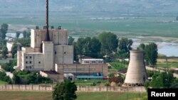 Cơ sở Yongbyon của Bắc Triều Tiên đã bị đóng cửa dựa theo một thỏa thuận đạt được năm 2007 với Hoa Kỳ, Trung Quốc, Nga, Nhật Bản và Nam Triều Tiên. Đến năm 2008, Bắc Triều Tiên đã phá hủy tháp làm nguội của nhà máy; và vì thế, họ sẽ phải xây lại tháp này trước khi tái khởi động lò phản ứng.