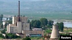 Reaktor nuklir di Yongbyon, Korea Utara, sebelum menara pendingin (kanan) dihancurkan. (Foto: Dok)