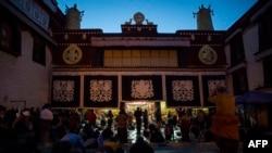 拉薩大昭寺外面的朝聖者(法新社2016年9月10日)