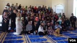 Para pelajar seluruh dunia mengunjungi masjid IMAAM Center di Silver Spring, Maryland, AS, Jumat 24/4 (foto: VOA/Vina).