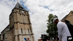 Warga Muslim Perancis berdoa mengheningkan cipta di depan memorial di Gereja Saint Etienne di Saint-Etienne-du-Rouvray, Normandia, Perancis (29/7). (AP/Francois Mori)