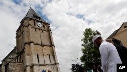 Tín đồ Hồi giáo mặc niệm trước nhà thờ Saint Etienne, Normandy, Pháp, ngày 29/7/2016, bốn ngày sau vụ linh mục Jacques Hamel bị sát hại tại nhà thờ Saint-Etienne-du-Rouvray.