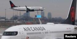 Boeing 737 MAX 8 yang dioperasikan Air Canada mendarat di Bandara Internasional Toronto setelah terbang dari San Francisco. Tampak Boeing 737 MAX 8 lainnya terparkir di Toronto, Ontario, Kanada, 13 Maret 2019.