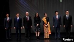 日本首相安倍晉三與東南亞領導人在馬尼拉舉行的東盟峰會上合影。(2017年11月13日)