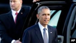 Претседателот Барак Обама по пристигнувањето во Сан Франциско. Белата куќа неделава соопшти дека ќе формира нова федерална агенција којашто ќе ги анализира заканите по националната кибернетска безбедност и ќе ја координира стратегијата за борбата против таквите закани