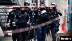 Fuerzas especiales de la policía se presentan al ayuntamiento de Ingolstadt, donde un hombre armado ha tomado rehenes.