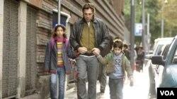 Javier Bardem sebagai ayah, yang berusaha memperbaiki hidupnya, dalam film 'Biutiful.'