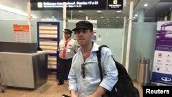 El periodista argentino Damián Pachter, espera en el aeropuerto argentino el vuelo que lo sacaría de Argentina.