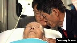 지난해 2월 설 계기 이산가족 상봉행사에서 북측 아들 김진천(66)씨를 만난 김섬경(91)할아버지가 건강상의 이유로 구급차에서 하루 일찍 작별상봉을 하고 있다. (자료사진)