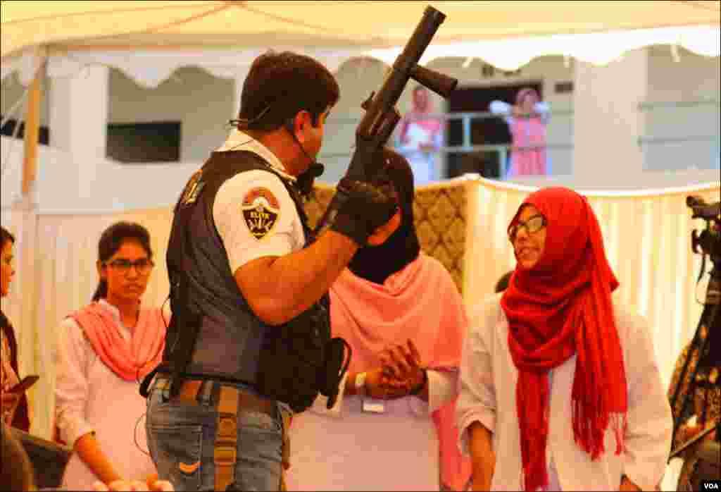 کراچی: طالبات کو اسلحے کی ساخت اور بنیادی تفصیلات سے آگاہ کیا گیا