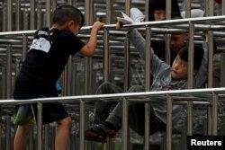 孩子们在台北一处游乐场的钢铁丛林中嬉戏。(2018年3月25日)
