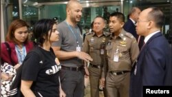 Rahaf Mohammed al-Qunun gặp các giới chức Thái Lan tại sân bay quốc tế Bangkok hôm 7/1. Cô gái 18 tuổi chạy trốn gia đình và đang trên đường tới Úc xin tị nạn.