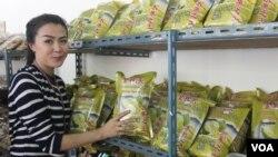 Produk Usaha Kecil Menengah berupa olahan durian menjadi produk unggulan di Thailand. (Foto: VOA/Petrus Riski)