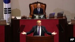 도널드 트럼프 대통령이 8일 한국 국회에서 연설을 하고 있다.