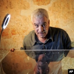 Egypt's antiquities chief Zahi Hawass speaks at the moving of the linen-wrapped mummy of King Tut from his stone sarcophagus in his underground tomb in the famed Valley of the Kings in Luxor, 04 Nov 2007